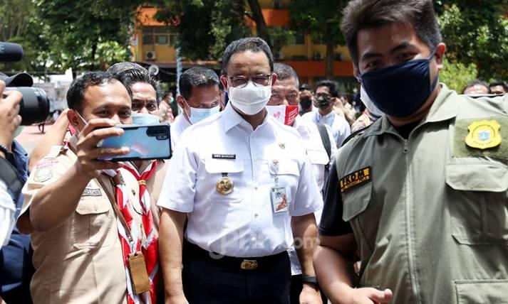 Anies Baswedan Tinjau Pelaksanaan Vaksinasi Covid-19 untuk Guru di DKI - JPNN.com