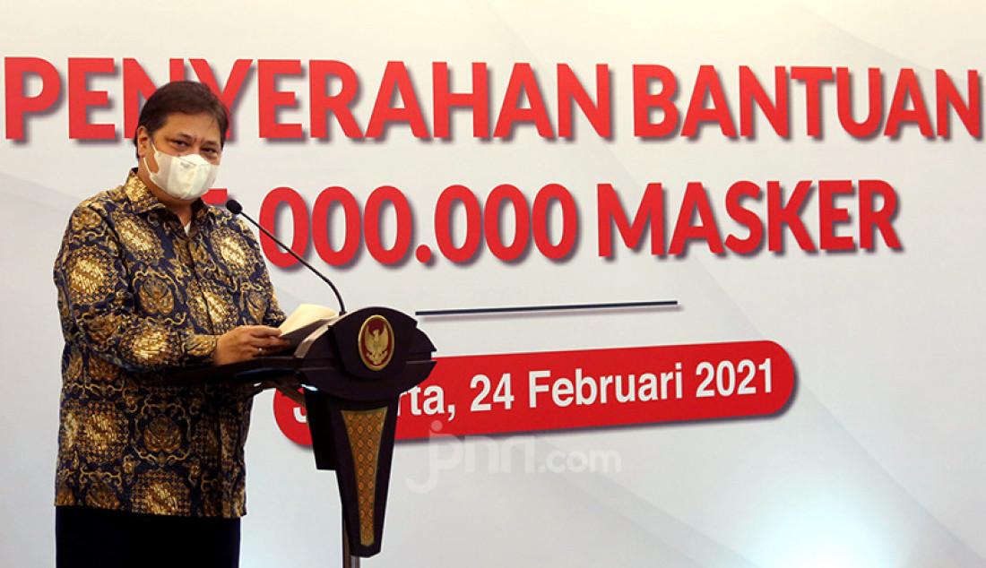 Menko Perekonomian Airlangga Hartarto memberikan sambutan pada acara penyerahan 35 juta masker dari Kementerian Perindustrian untuk masyarakat melalui TNI dan Polri, Rabu (24/2), di Jakarta. Foto: Ricardo - JPNN.com