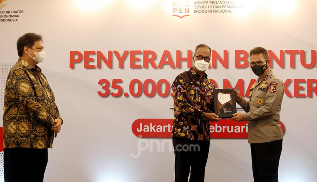 Menko Perekonomian Airlangga Hartarto menyaksikan Menteri Perindustrian Agus Gumiwang Kartasasmita menyerahkan secara simbolis 35 juta masker untuk masyarakat melalui TNI dan Polri, Rabu (24/2), di Jakarta. Foto: Ricardo - JPNN.com