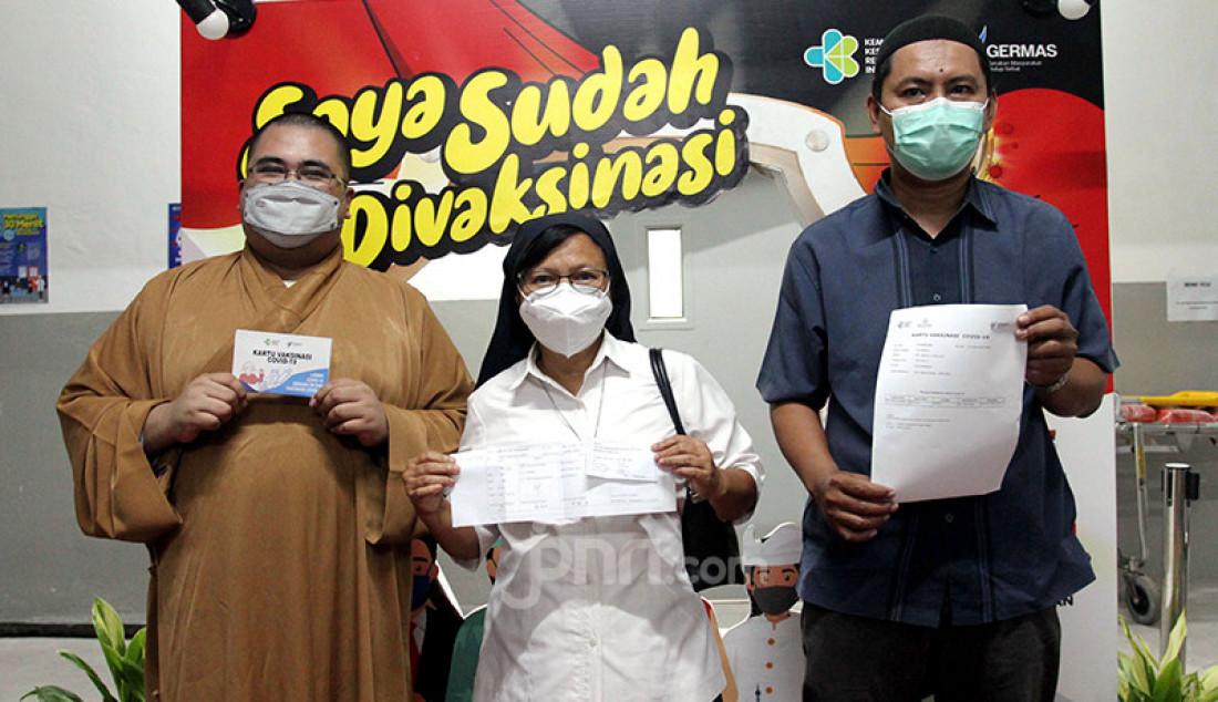 Sejumlah pemuka agama menjalani vaksinasi Covid-19 di Masjid Istiqlal, Jakarta, Rabu (24/2). Kementerian Kesehatan menargetkan 1.200 pemuka agama dari berbagai kepercayaan menerima suntikan vaksin sehingga pengikut mereka juga mau divaksin. Foto: Ricardo - JPNN.com
