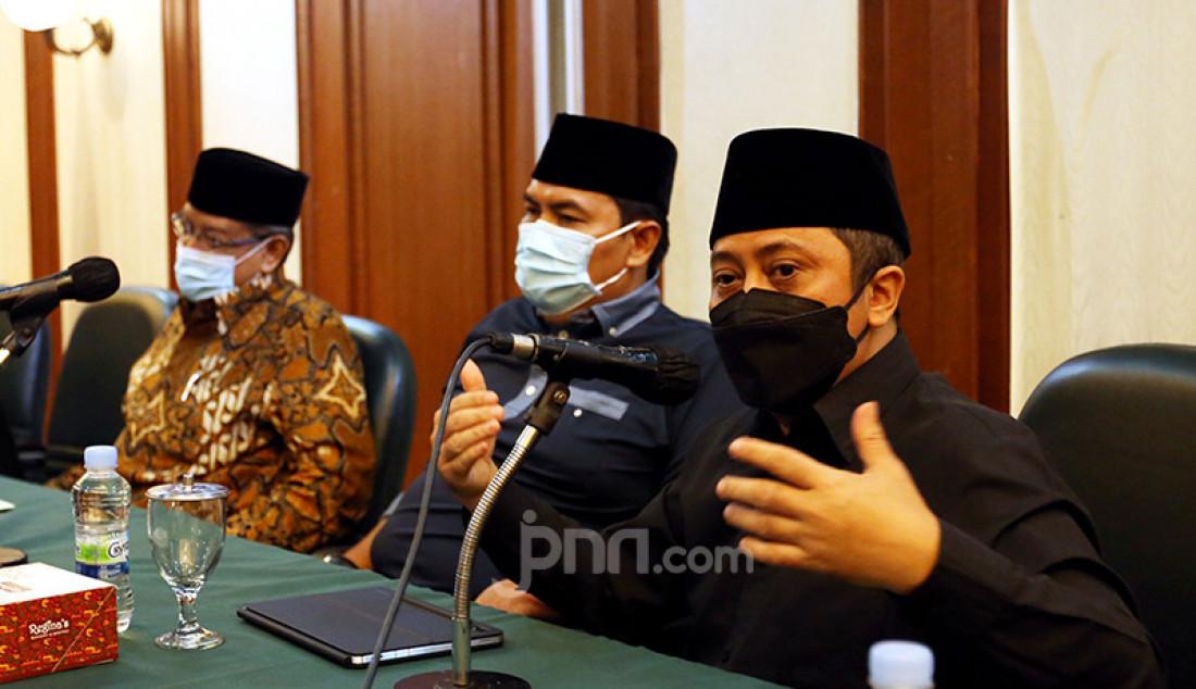 Pimpinan Pondok Pesantren Daarul Quran Tangerang Ustaz Yusuf Mansyur (kanan) menghadiri konferensi pers di kantor PBNU, Jakarta Pusat, Selasa (2/3) guna menyikapi Perpres Nomor 10 Tahun 2021 tentang Bidang Usaha Penanaman Modal yang mengatur soal minuman beralkohol atau miras. PBNU menyampaikan apresiasi kepada Presiden Joko Widodo yang telah mencabut lampiran soal investasi bidang miras dalam perpres tersebut. Foto: Ricardo - JPNN.com