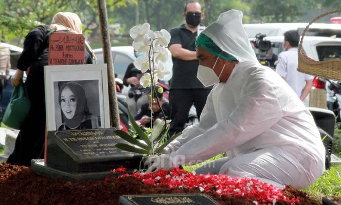 Pemakaman Almarhumah Rina Gunawan