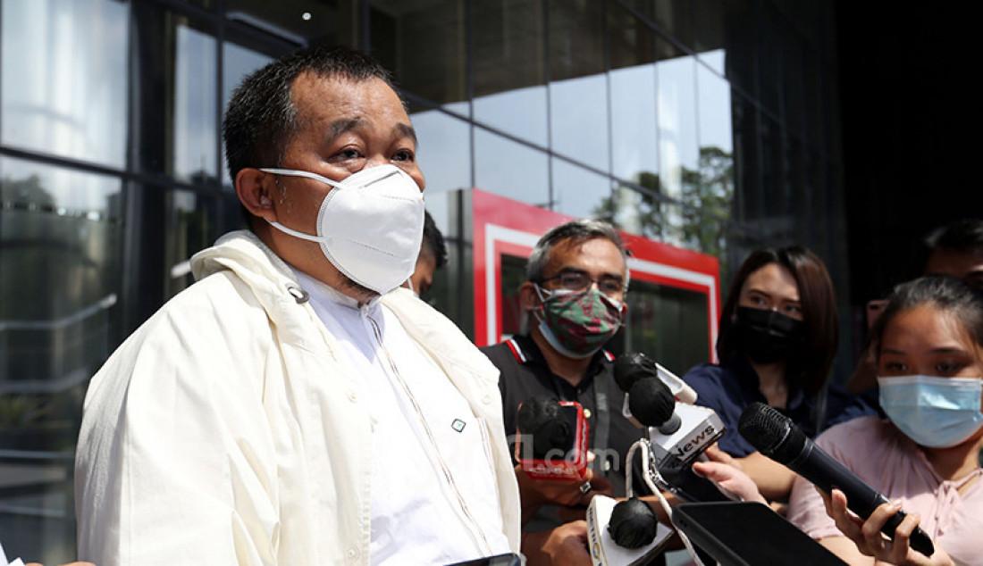 Koordinator Masyarakat Anti-Korupsi Indonesia (MAKI) Boyamin Saiman mendatangi KPK, Jakarta Selatan, Jumat (5/3) guna melaporkan dugaan penyimpangan pajak sebesar Rp 1,7 triliun yang terjadi dalam kurun waktu 2017-2018. Boyamin mengaku memiliki data yang diduga menyeret pejabat Ditjen Pajak yang tengah diusut KPK. Foto: Ricardo - JPNN.com