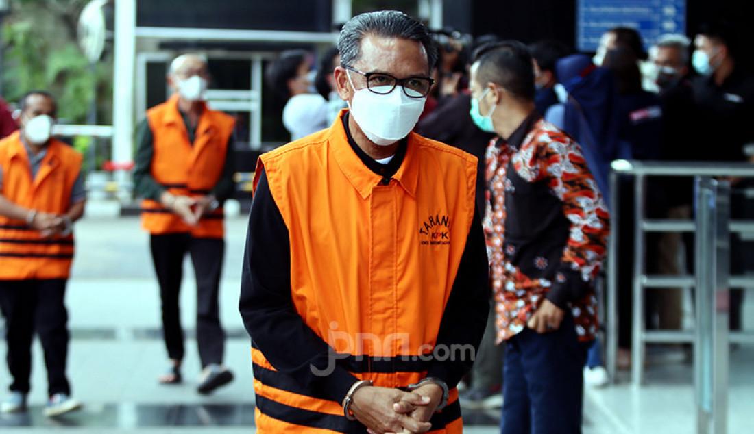 Gubernur Nonaktif Sulawesi Selatan (Sulsel) Nurdin Abdullah saat tiba di KPK, Jakarta Selatan, Jumat (5/3) guna menjalani pemeriksaan. Nurdin merupakan tersangka kasus suap proyek infrastruktur di Sulawesi Selatan. Foto: Ricardo - JPNN.com