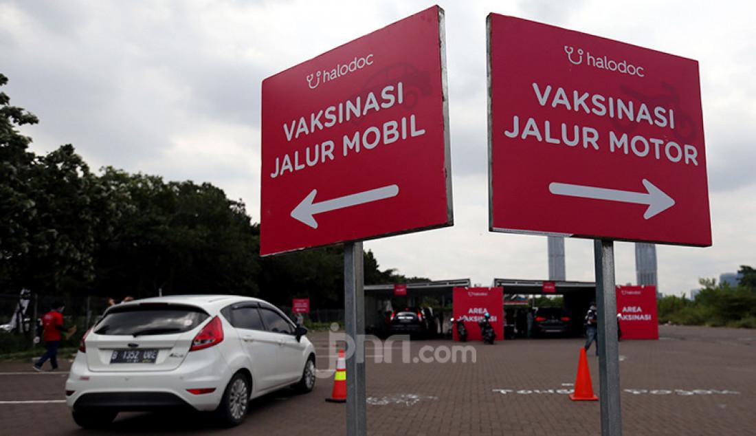 Kementerian Kesehatan dan Halodoc menggelar vaksinasi Covid-19 bagi manula melalui layanan drive thru di kawasan Kemayoran, Jakarta Pusat, Senin (8/3). Foto: Ricardo - JPNN.com