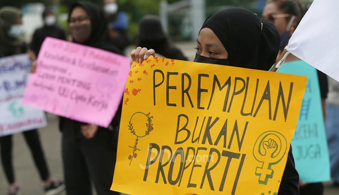 Sejumlah aktivis perempuan dari Mahardika menggelar aksi damai di kawasan Patung Kuda, Jakarta Pusat, Senin (8/3), guna memperingati Hari Perempuan Internasional. Mereka menuntut penghapusan diskriminasi dan kekerasan seksual terhadap perempuan. Foto: Ricardo - JPNN.com