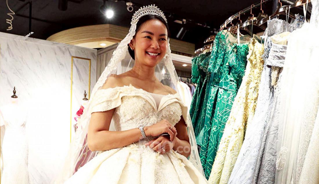 Kalina Oktarani saat fitting baju pengantin di Kara Brides, Jakarta, Senin (8/3). Foto: Ricardo - JPNN.com