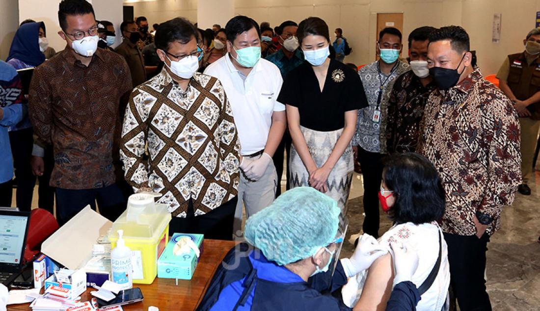CEO PT Lippo Karawaci, Tbk John Riady (paling kiri) bersama Menkes Budi Gunadi Sadikin (nomor 2 dari kiri), CEO Siloam Hospitals Group Caroline Riady (baju hitam), dan Wakil Ketua Komisi IX DPR Charles Honoris (paling kanan) saat meninjau penyuntikan vaksin Covid-19 untuk lansia di Lippo Mall Puri, Jakarta Barat, Selasa (9/3). Kemenkes menggandeng Lippo Group guna mempercepat vaksinasi Covid-19 untuk lansia. Foto: Ricardo - JPNN.com