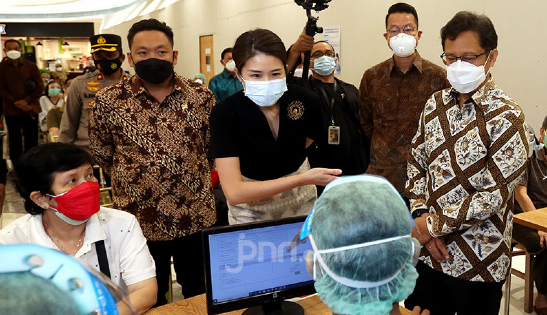 Menkes Budi G Sadikin (kanan) bersama CEO Siloam Hospitals Group Caroline Riady (tengah) dan Wakil Ketua Komisi IX DPR Charles Honoris (kiri) saat meninjau penyuntikan vaksin Covid-19 untuk lansia di Lippo Mall Puri, Jakarta Barat, Selasa (9/3). Kemenkes menggandeng Lippo Group guna mempercepat vaksinasi Covid-19 untuk lansia. Foto: Ricardo - JPNN.com