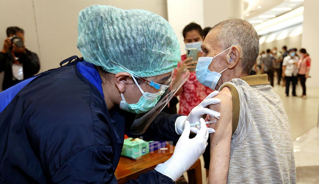 Petugas kesehatan menyuntikkan vaksin Covid-19 kepada seorang lansia di Lippo Mall Puri, Jakarta Barat, Selasa (9/3). Kemenkes menggandeng Lippo Group guna mempercepat vaksinasi Covid-19 untuk lansia. Foto: Ricardo - JPNN.com