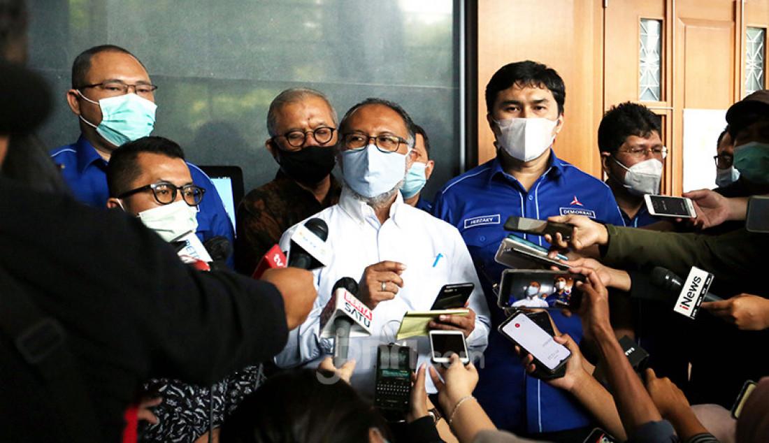 Bambang Widjojanto (kemeja putih) selaku kuasa kukum Partai Demokrat (PD) kubu Agus Harimurti Yudhoyono (AHY) memberikan keterangan pers di Pengadilan Negeri Jakarta Pusat, Jakarta, Jumat (12/3), usai mendaftarkan gugatan guna memerkarakan kepengurusan versi Kongres Luar Biasa (KLB) pimpinan Moeldoko. Foto: Ricardo - JPNN.com