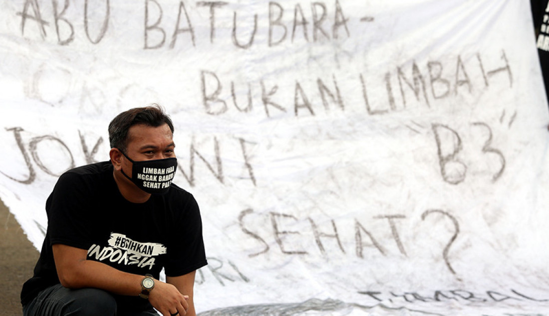 Gerakan #BersihkanIndonesia menggelar aksi damai di Silang Monas dekat Patung Kuda, Jakarta Pusat, Kamis (18/3). Mereka menuntut Presiden Joko Widodo mencabut regulasi yang menghapus Flash Ash Bottom Ash (FABA) dari daftar limbah B3. Foto: Ricardo - JPNN.com