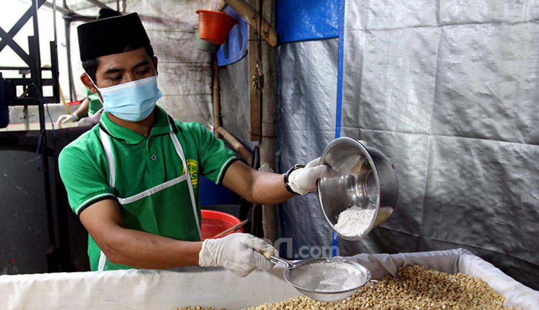 Santri di Pondok Pesantren Sirajussa'adah, Depok, Jawa Barat, Selasa (23/3), mengolah biji kedelai guna membuat tempe. Dalam sehari, pondok pesantren itu bisa mengolah dua kuintal kedelai dan membuat tempe yang dijual Rp 6.000 per bungkus. Foto: Ricardo - JPNN.com