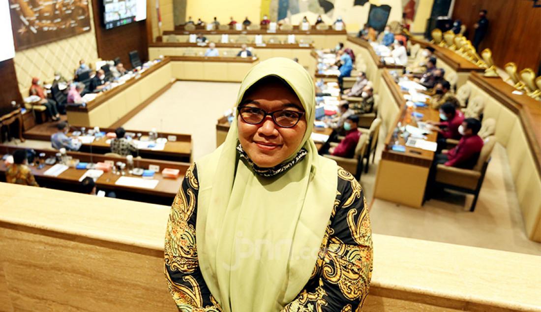Ketua Forum Honorer K2 Nurbaiti menyaksikan rapat kerja Komisi II DPR dengan Menpan-RB di Kompleks Parlemen, Senayan, Jakarta, Rabu (24/3). Rapat tersebut membahas rekrutmen CPNS tahun 2021. Foto: Ricardo - JPNN.com