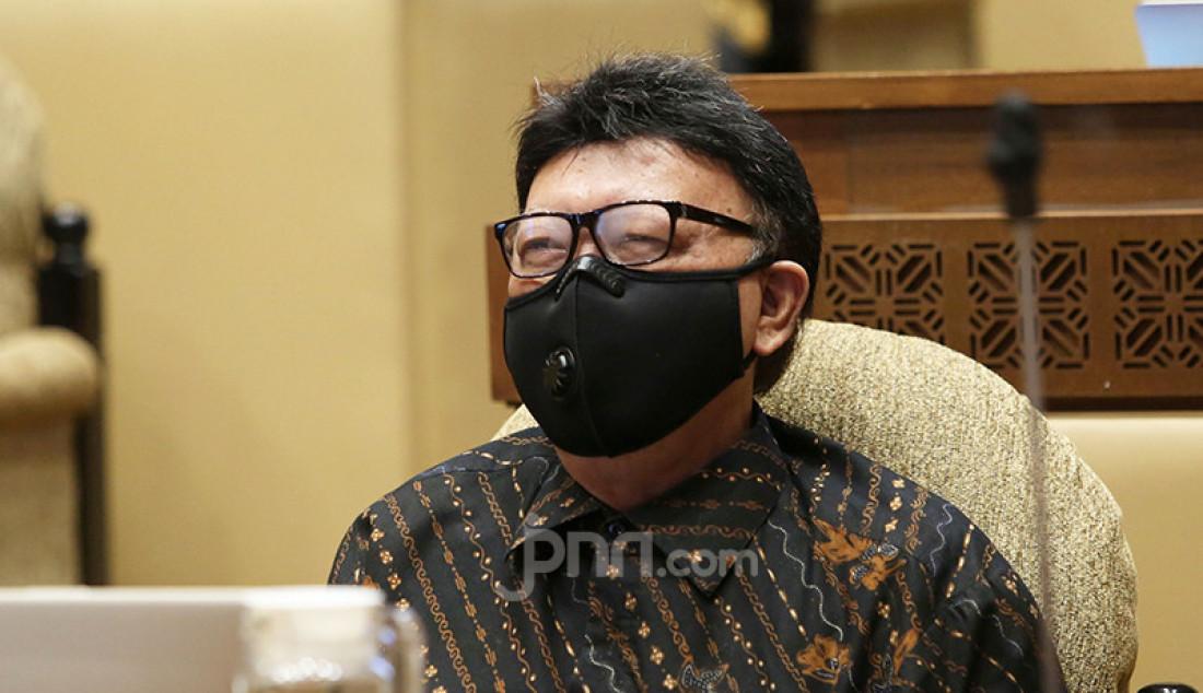 Menpan-RB Tjahjo Kumolo mengikuti rapat kerja Komisi II DPR di Kompleks Parlemen, Senayan, Jakarta, Rabu (24/3). Rapat tersebut membahas rekrutmen CPNS tahun 2021. Foto: Ricardo - JPNN.com