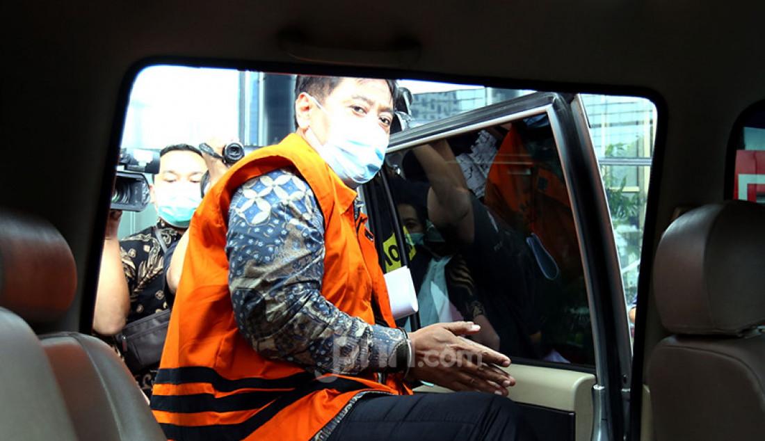 Direktur PT Dua Putera Perkasa Pratama (DPPP) Suharjito yang menjadi terdakwa perkara suap perizinan ekspor benih lobster memasuki mobil tahanan usai menjalani persidangan virtual di KPK, Jakarta, Rabu (24/3). Foto: Ricardo - JPNN.com