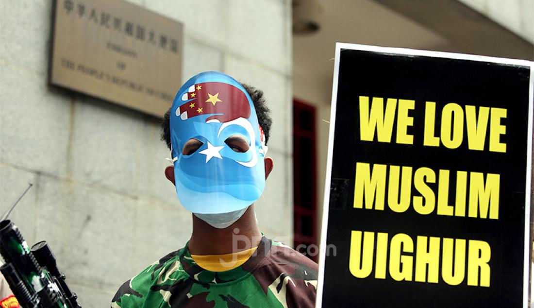Aliansi Mahasiswa Islam menggelar aksi teatrikal di depan Kedubes Republik Rakyat Tiongkok (RRT), Jakarta Selatan, Kamis (25/3). Massa pedemo mendesak RRT menghentikan segala bentuk kekerasan dan pelanggaran HAM berat terhadap etnis Uighur Foto: Ricardo - JPNN.com