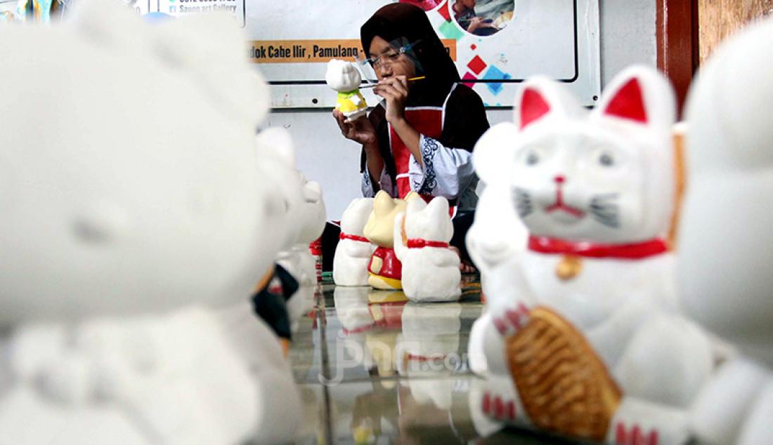 Anak-anak mewarnai celengan berbentuk boneka tokoh kartun di Saung Art Gallery, Pondok Cabe, Tangerang Selatan, Banten, Jumat (26/3). Kegiatan itu selain sebagai sarana edukasi juga menjadi kegiatan ekonomi. Setiap boneka dijual dengan harga antara Rp 20 ribu hingga Rp 40 ribu. Foto: Ricardo - JPNN.com