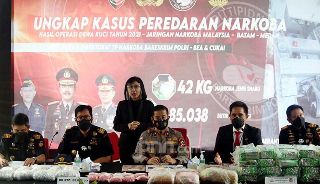 Divisi Humas Polri menggelar jumpa pers di Jakarta, Selasa (30/3), guna merilis hasil penindakan Bareskrim Polri terhadap jaringan narkoba internasional Malaysia-Batam-Medan. Foto: Ricardo - JPNN.com