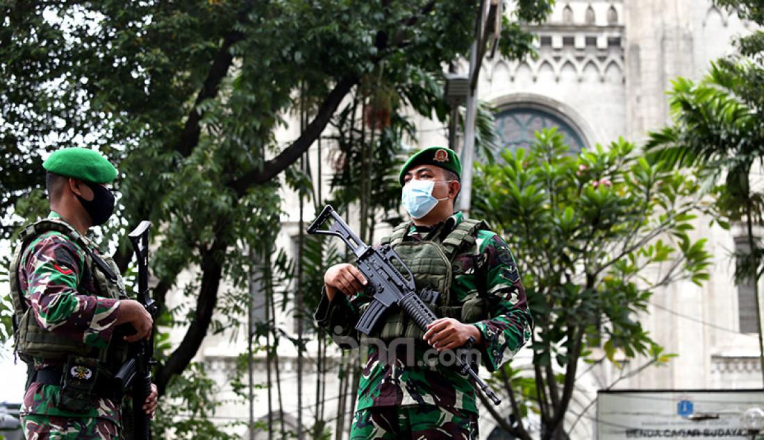 Anggota TNI melakukan penjagaan di Gereja Katedral, Jakarta, Kamis (1/4). Sebanyak 150 personel gabungan TNI, Polri, dan Satpol PP melakukan pengamanan jelang rangkaian perayaan Paskah. Foto: Ricardo - JPNN.com