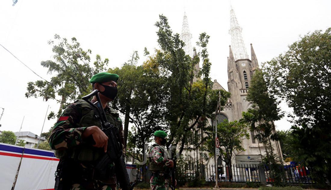 Angota TNI melakukan penjagaan di Gereja Katedral, Jakarta, Kamis (1/4). Foto: Ricardo - JPNN.com