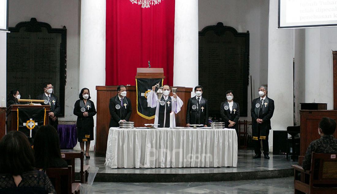 Suasana prosesi ibadah misa Jumat Agung rangkaian hari raya Paskah di Gereja Immanuel, Jakarta, Jumat (2/4). Perayaan Jumat Agung tersebut dilakukan secara terbatas dan juga secara daring. Foto: Ricardo - JPNN.com