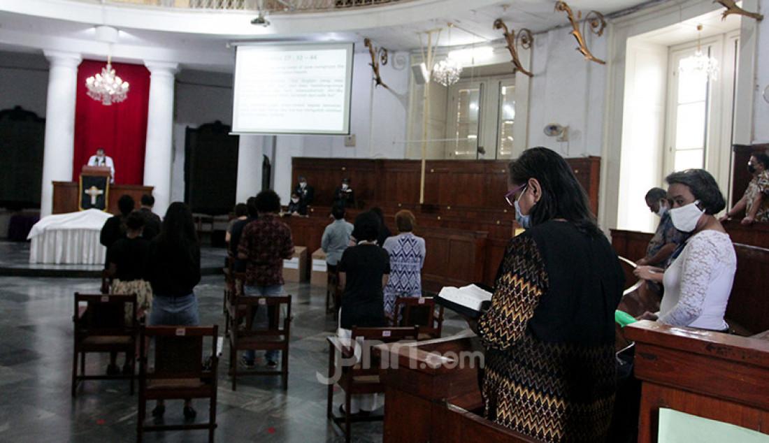 Umat Kristiani melakukan prosesi ibadah misa Jumat Agung rangkaian hari raya Paskah di Gereja Immanuel, Jakarta, Jumat (2/4). Perayaan Jumat Agung tersebut dilakukan secara terbatas dan juga secara daring. Foto: Ricardo - JPNN.com