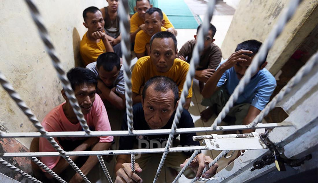 Sejumlah orang dengan gangguan jiwa (ODGJ) menjalani pemulihan di Pesantren Daarul Miftah Mulia, Kampung Cisuuk, RT 04/RW 02, Desa Cibeutung Udik, Ciseeng, Bogor, Senin (5/4). Di pesantren yang berdiri pada 2007 itu ada 60 ODGJ yang diajari salat, membaca Alquran, berzikir, dan berkebun. Foto: Ricardo - JPNN.com
