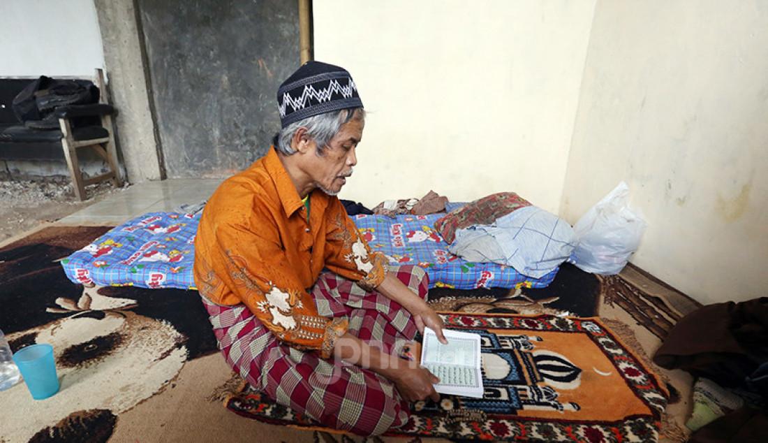 Orang dengan gangguan jiwa (ODGJ) tengah mengaji dalam rangka pemulihan di Pesantren Daarul Miftah Mulia, Kampung Cisuuk, RT 04/RW 02, Desa Cibeutung Udik, Ciseeng, Bogor, Senin (5/4). Di pesantren yang berdiri pada 2007 itu ada 60 ODGJ yang diajari salat, membaca Alquran, berzikir, dan berkebun. Foto: Ricardo - JPNN.com