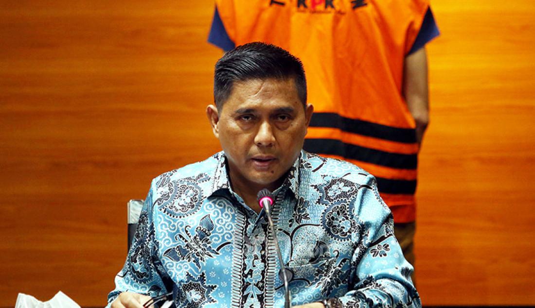 Deputi Penindakan KPK Karyoto (kiri) memberikan keterangan pers tentang penahanan terhadap pengusaha Samin Tan, pemilik PT Borneo Lumbung Energi dan Metal, Selasa (6/4). Samin Tan merupakan tersangka suap pengurusan terminasi kontrak perjanjian karya pengusahaan pertambangan batu bara (PKP2B) PT Asmin Koalindo Tuhup di Kementerian Energi dan Sumber Daya Mineral. Foto: Ricardo - JPNN.com