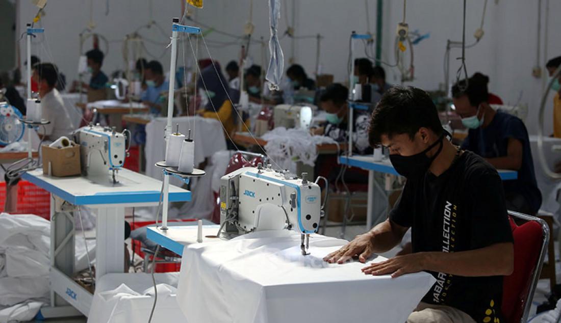 Para pekerja di pabrik busana muslim Siti Khadijah, Depok, Jawa Barat, tengah menjahit kain untuk mukena, Rabu (7/4). Permintaan mukena di Siti Khadijah meningkat hingga 100 persen jelang Ramadan. Harga jual mukena buatan Siti Khadijah antara Rp 500 ribu hingga Rp 3,5 juta. Foto: Ricardo - JPNN.com