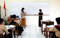 Hari Pertama Uji Coba Belajar Tatap Muka, Siswa: Senang Ketemu Teman-Teman, Tetapi.. - JPNN.com