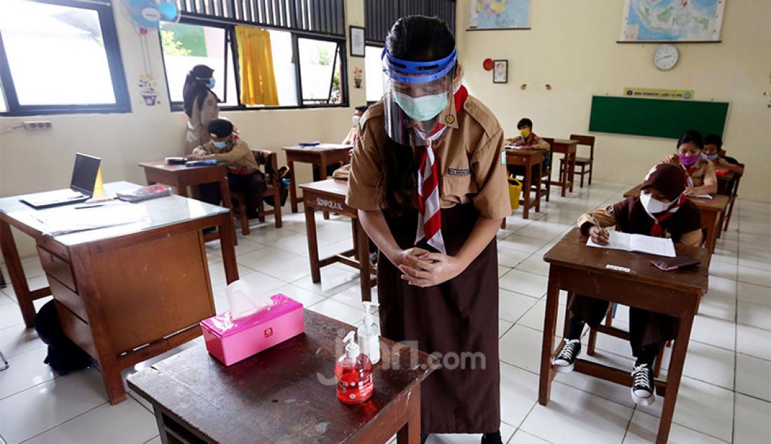 Siswi kelas V di SD Negeri Pondok Labu 14, Jakarta Selatan, mencuci tangan menggunakan hand sanitizer sebelum mengikuti pembelajaran tatap muka pada masa pandemi Covid-19. Pemprov DKI melakukan uji coba pembelajaran tatap muka bagi 85 sekolah dari semua jenjang pendidikan mulai Rabu (7/4) hingga 29 April 2021. Foto: Ricardo - JPNN.com