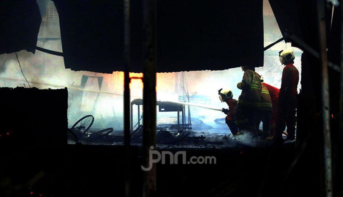 Petugas pemadam kebakaran berusaha memadamkan api yang melahap Pasar Kambing di Tanah Abang, Jakarta Pusat, Kamis (8/4). Sebanyak 17 unit branwir dan 85 personel pemadam kebakaran dikerahkan untuk memadamkan api yang menghanguskan ratusan lapak dan puluhan kios di Pasar Kambing. Foto: Ricardo - JPNN.com