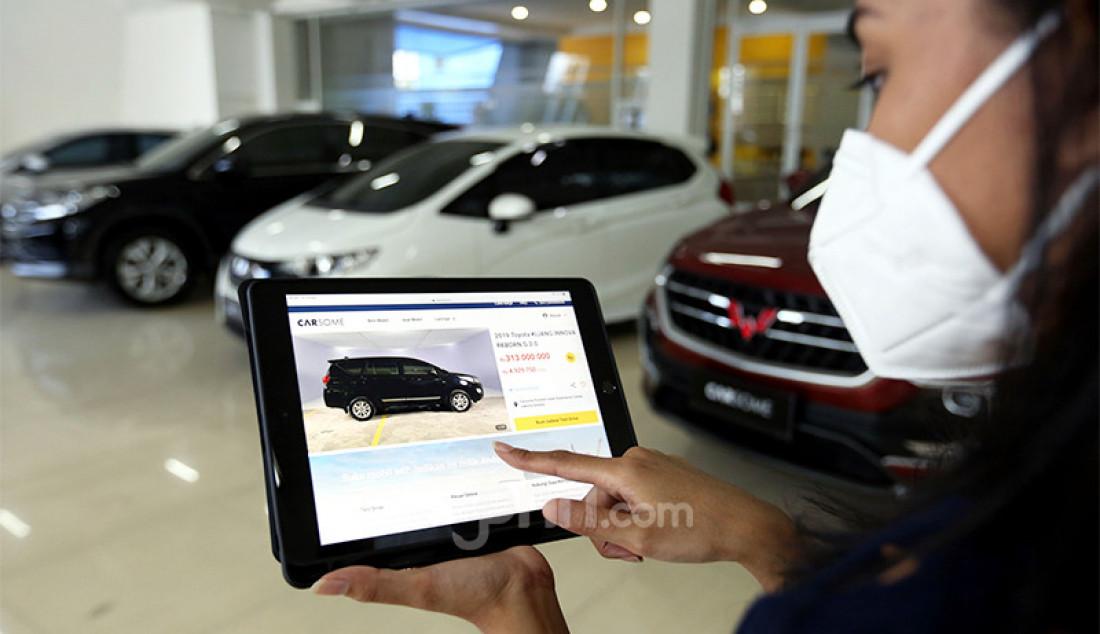 Pegawai Carsome Pondok Indah Experience Center, Jakarta, menunjukkan sejumlah mobil yang ditawarkan kepada calon pembeli. Foto: Ricardo - JPNN.com