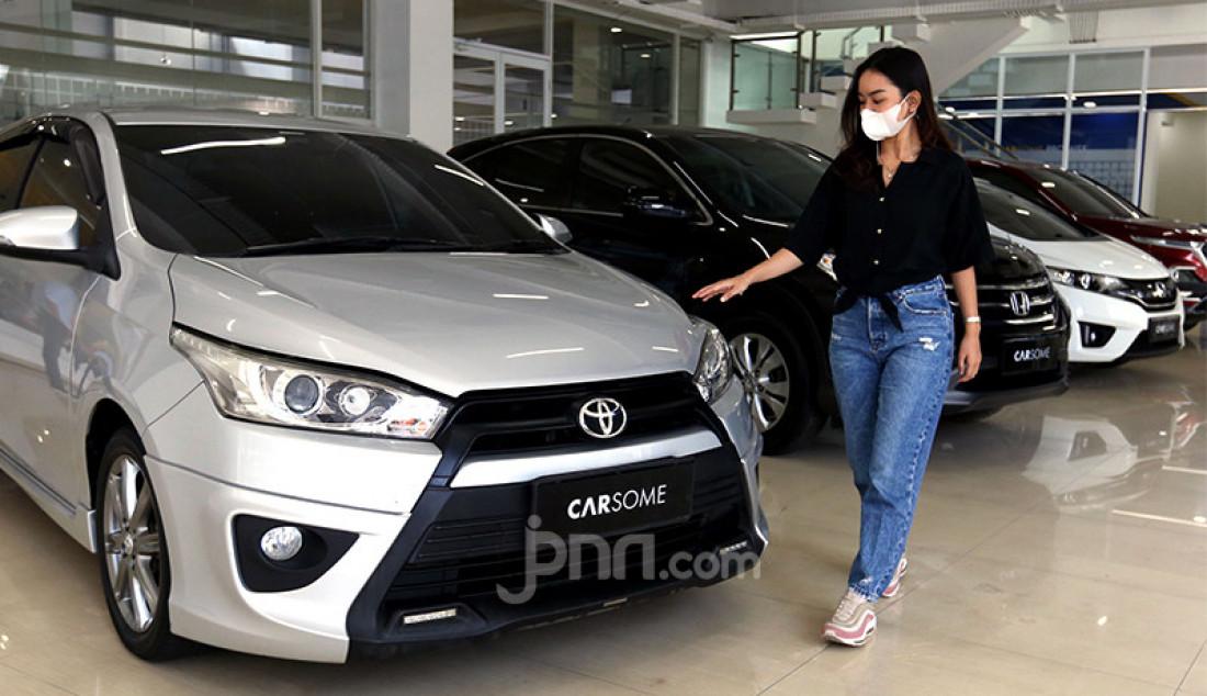Calon pembeli melihat sejumlah koleksi mobil di Carsome Pondok Indah Experience Center. Foto: Ricardo - JPNN.com