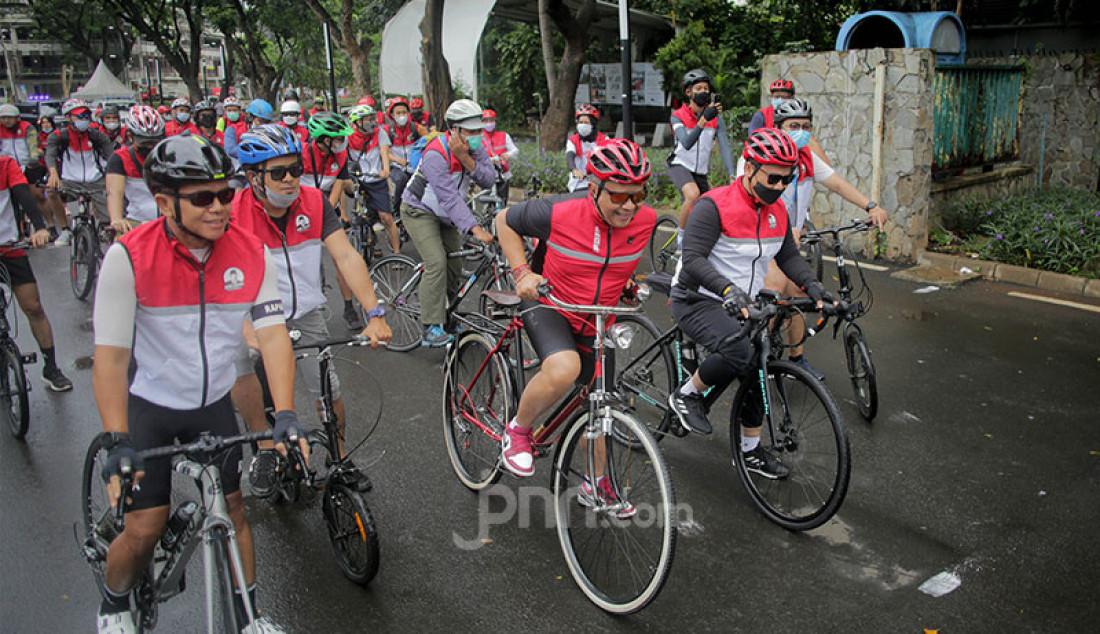 Sekjen PDIP Hasto Kristiyanto (tengah) saat mengikuti Gowes Bareng Banteng di Jakarta, Sabtu (10/4). Foto: Ricardo/jpnn.com Foto: Ricardo - JPNN.com