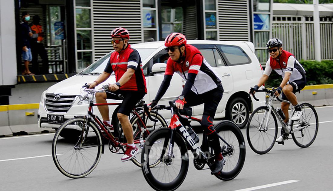 Sekjen PDIP Hasto Kristiyanto bersama Menkum HAM Yasonna H Laoly saat mengikuti Gowes Bareng Banteng di Jakarta, Sabtu (10/4). Foto: Ricardo/JPNN.com Foto: Ricardo - JPNN.com