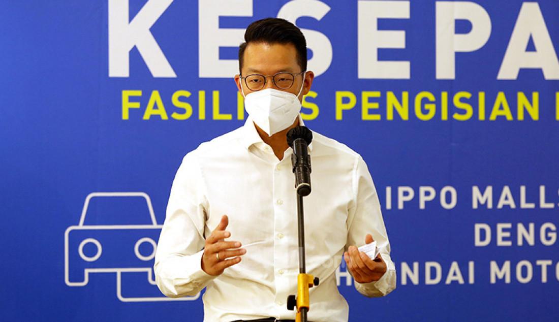 CEO PT Lippo Karawaci Tbk John Riady saat acara penandatanganan kerja sama penyediaan layanan fasilitas pengisian baterai mobil listrik di Lippo Mall Kemang, Jakarta. Foto: Ricardo - JPNN.com