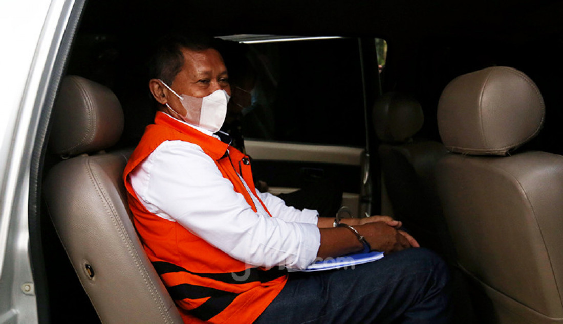 Mantan Direktur Utama PT Pelindo II Richard Joost Lino duduk di mobil tahanan usai menjalani pemeriksaan di KPK, Jakarta, Senin (12/4). Lino merupakan tersangka korupsi pengadaan tiga unit quay container crane (QCC) di PT Pelindo II. Foto: Ricardo - JPNN.com