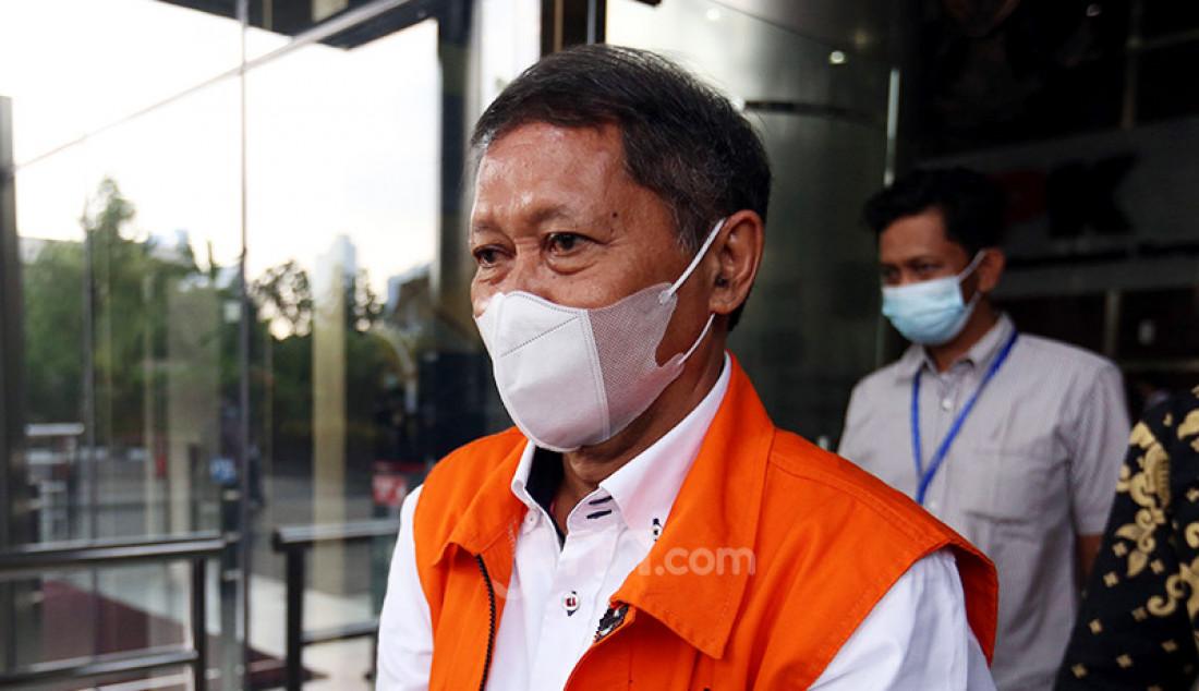 Mantan Direktur Utama PT Pelindo II Richard Joost Lino usai menjalani pemeriksaan di Gedung KPK, Jakarta, Senin (12/4). Lino merupakan tersangka korupsi pengadaan tiga unit quay container crane (QCC) di PT Pelindo II. Foto: Ricardo - JPNN.com