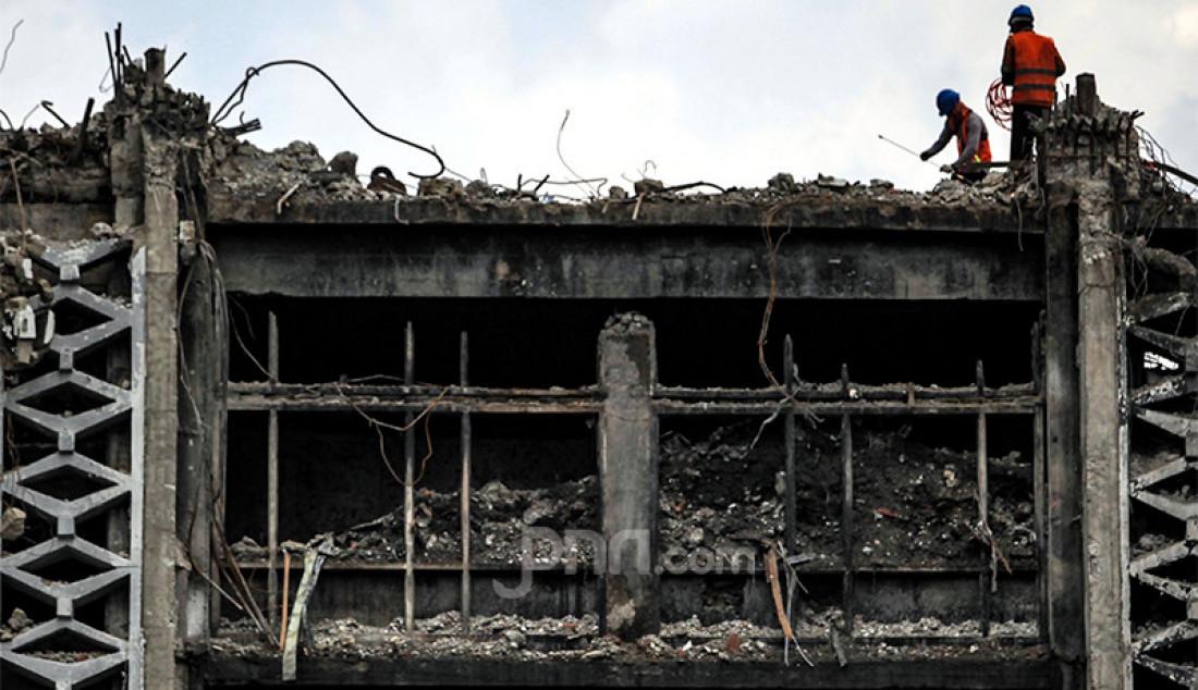 Pekerja membongkar gedung utama Kejaksaan Agung yang terbakar, Kamis (15/4). Gedung Kejaksaan Agung kebakaran pada 22 Agustus 2020. Foto: Ricardo - JPNN.com