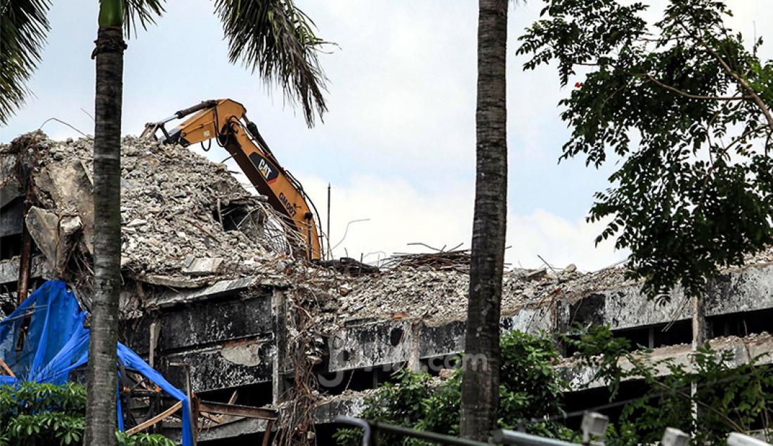 Pekerja membongkar gedung utama Kejaksaan Agung yang terbakar, Kamis (15/4). Gedung Kejagung kebakaran pada 22 Agustus 2020. Foto: Ricardo - JPNN.com