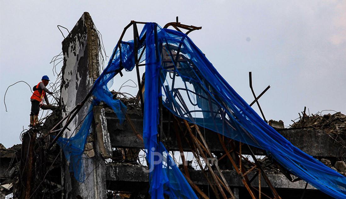 Pekerja membongkar gedung utama Kejaksaan Agung yang terbakar, Kamis (15/4). Gedung Kejaksaan Agung kebakaran pada 22 Agustus 2020. Komisi III DPR menyetujui penambahan anggaran Kejagung sebesar Rp 350 miliar untuk renovasi. Foto: Ricardo - JPNN.com