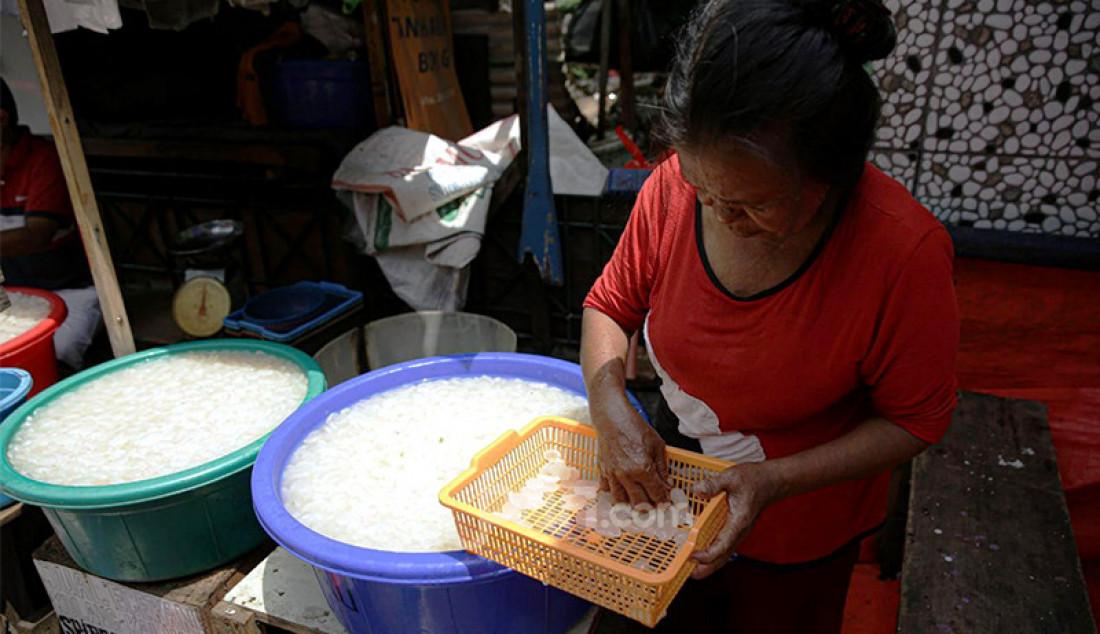 Pedagang kolang-kaling musiman menggelar dagangannya di kawasan Tanah Abang, Jakarta, Kamis (15/4). Foto: Ricardo - JPNN.com