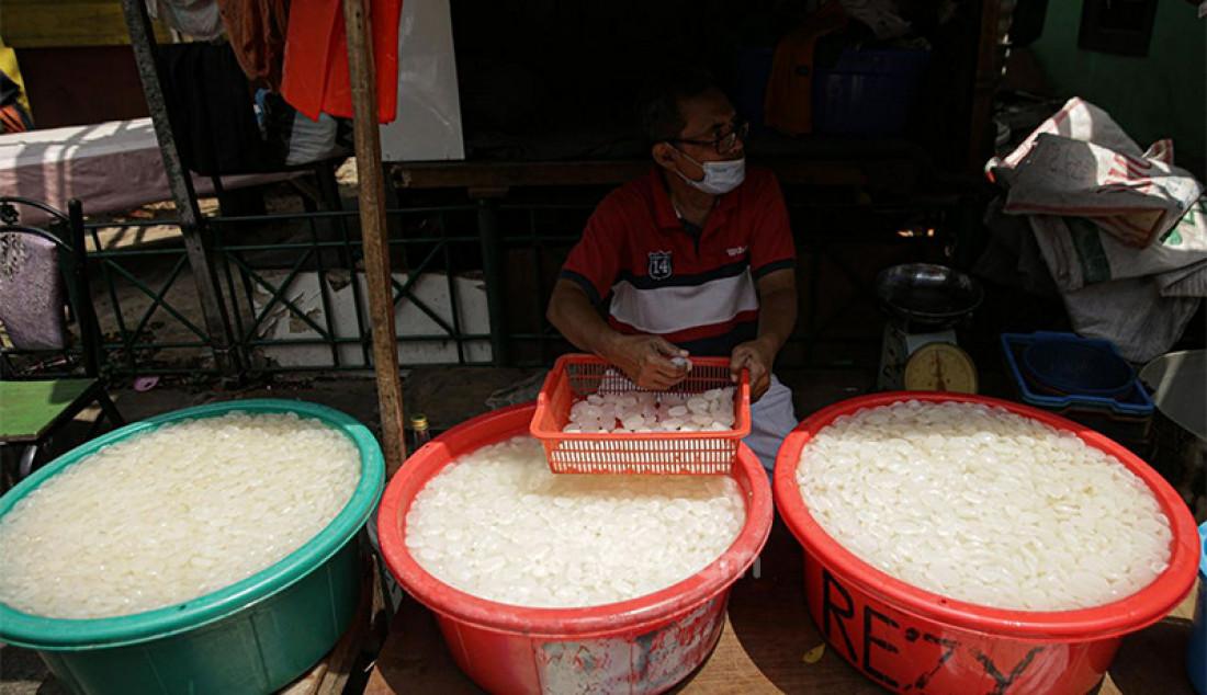 Pedagang kolang-kaling di kawasan Tanah Abang, Jakarta, Kamis (15/4). Selama Ramadan buah kolang-kaling banyak diburu masyarakat. Foto: Ricardo - JPNN.com