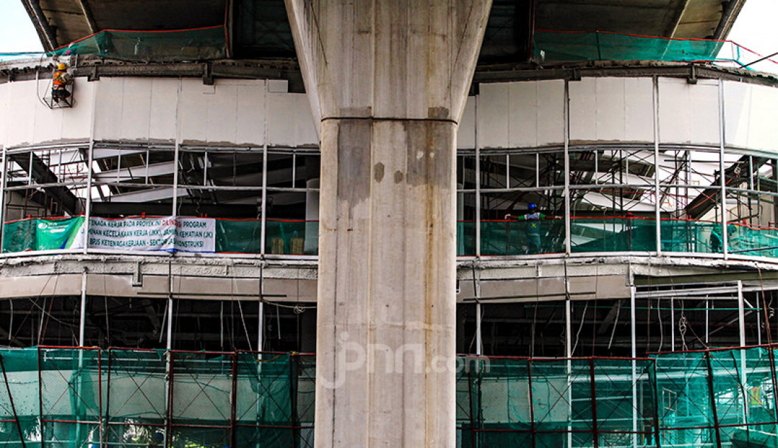 Para pekerja menyelesaikan proyek pembangunan jembatan layang atau skybridge untuk integrasi Halte Transjakarta Centrale Stichting Wederopbouw (CSW) di Stasiun MRT Asean, Kamis (15/4). Pembangunan dijadwalkan akan rampung pada Mei mendatang dengan menghabiskan anggaran hingga 80 miliar. Foto: Ricardo - JPNN.com
