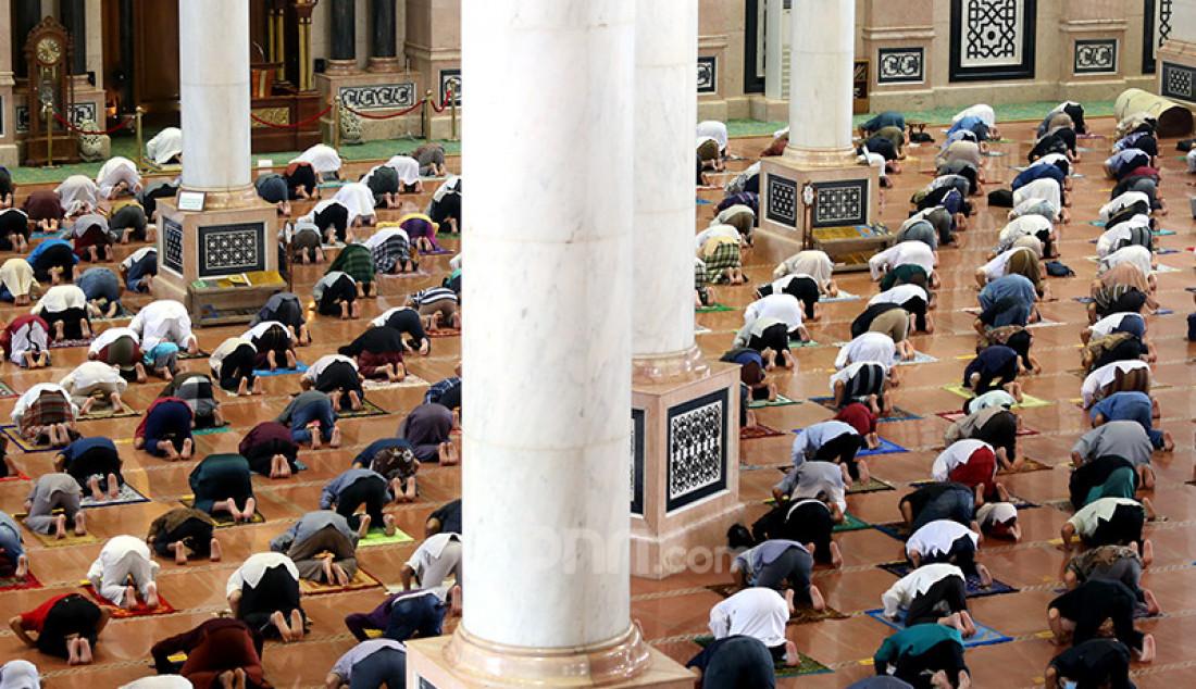 Umat Islam melaksanakan salat Jumat pada pekan pertama Ramadan di Masjid Kubah Emas, Depok, Jawa Barat, Jumat (16/4). Jumatan itu masih dilaksanakan secara terbatas dengan menerapkan protokol kesehatan untuk mencegah penyebaran Covid-19. Foto: Ricardo - JPNN.com