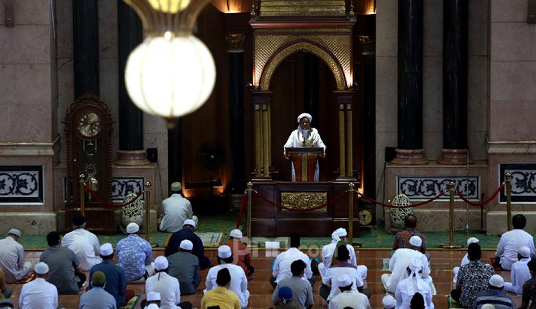 Umat Islam menyimak khotbah pada Jumatan pekan pertama Ramadan di Masjid Kubah Emas, Depok, Jawa Barat, Jumat (16/4). Jumatan itu masih dilaksanakan secara terbatas dengan menerapkan protokol kesehatan untuk mencegah penyebaran Covid-19. Foto: Ricardo - JPNN.com