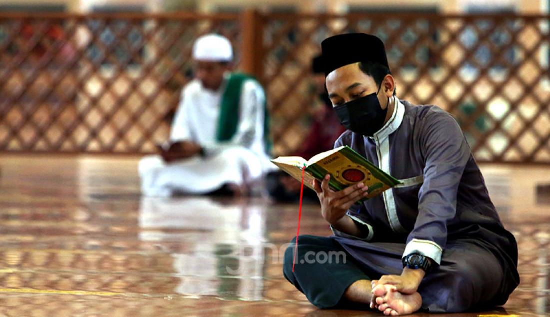 Warga bertadarus di Masjid Kubah Emas, Depok, Jawa Barat, Jumat (16/4), guna mengisi waktu jelang berbuka puasa. Foto: Ricardo - JPNN.com